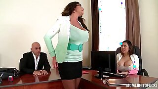 Brazzers xxx: Pretty mom jeans changing and busty 3some