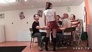 Brazzers xxx: Jeune et jolie etudiante francaise baisee et couverte de sperme dans gangbang