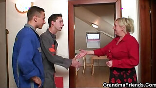 Brazzers xxx: Old widow pleases two repair men